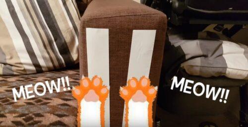 ソファーに粘着テープを貼る