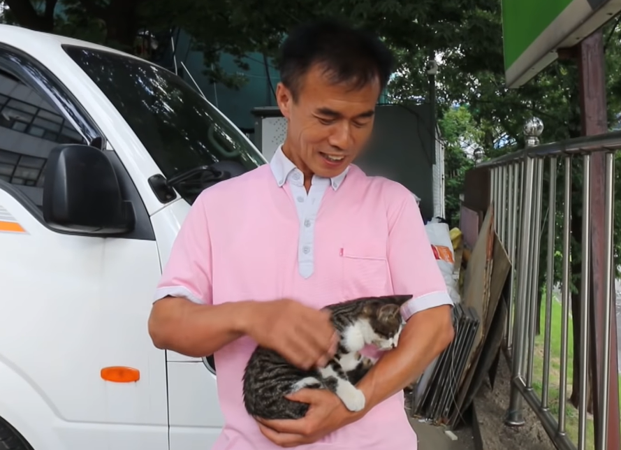 子猫を抱っこするお父さん