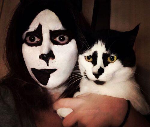 ロックバンドKISSのメイクをした飼い主と元からそのメイクの猫