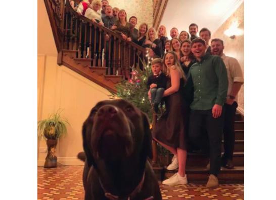 家族写真のセンターを奪った犬
