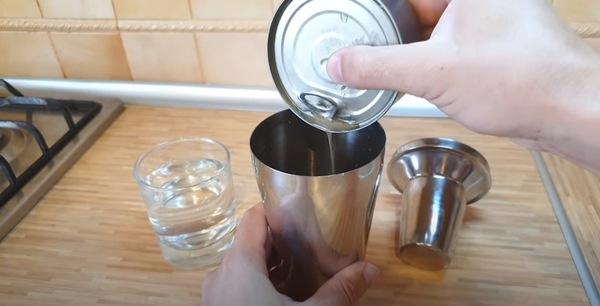 缶のオイルを注ぐ
